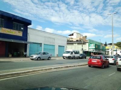 GALPÃO. Av. Brasilia, lojão,  360m² área construída, 02 pavimentos,  02 banhos, escritórios amplos, mezanino, almoxarifado,  pé direito alto,  lote 15m² X 24m², estacionamento interno.