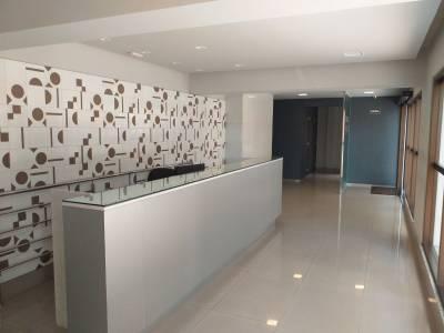 SALA COMERCIAL – Prédio novo, Piso em porcelanato, Garagem livre e coberta, Portaria 24h, Próximo ao Fórum.