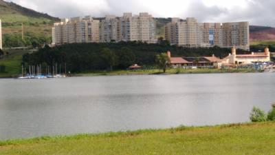 AP. – Mobília completa, 02 suítes e 02 semi-suítes, Varanda incorporada, Em frente à Lagoa dos Ingleses.