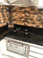 Cozinha com cooktop e forno embutido